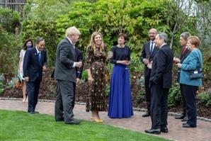 """G7서 낯가리는 스가…日누리꾼 """"거리두기 하나"""" 비판"""