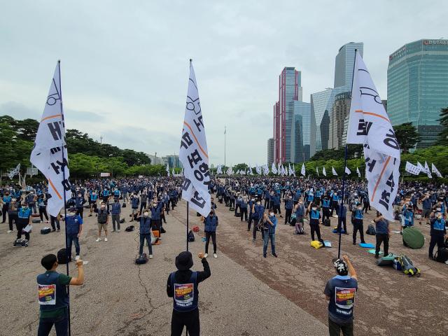 [영상]경찰-택배노조 집회 앞두고 곳곳 기싸움…'앰프 반입' 놓곤 몸싸움도