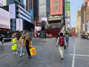 美,, 백신 맞고 경제 정상화…뉴욕은 '축하 불꽃놀이'