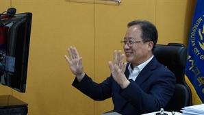 """""""조국, 온 가족 조리돌림 견뎌줘 고맙다"""" 부산교육감 응원 글 논란"""