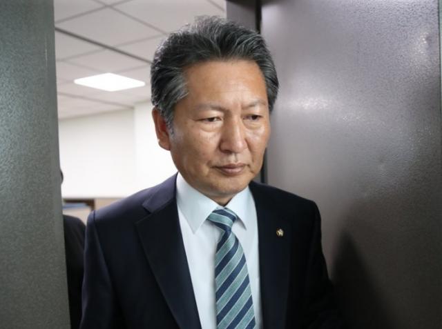 'DJ 도서관' 찾은 윤석열 '글' 비꼰 정청래 '이런 말 처음, 언어의 새 지평 열어'