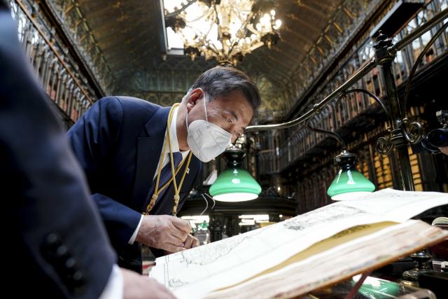 文대통령, 스페인 도서관서 '조선왕국전도, 독도가 韓 영토임 보여줘'
