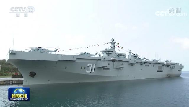 [영상] '헬기 사뿐히 안착'…中 '경항모' 하이난함 훈련 살펴보니
