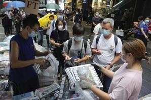 反中 '빈과일보' 폐간 …마지막 호 사려 줄 선 홍콩시민들