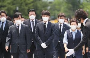 """봉하마을 찾은 이준석…""""노 전 대통령 폄훼 정치적 수단 사용하지 않을 것"""""""