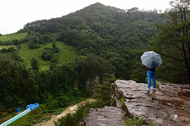 [休] 기암절벽 품은 숲길 따라 유유자적…자연과 하나되다