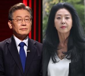 """김부선, 이재명 팔사진에…""""내게 훌렁벗고 보여줬지"""""""