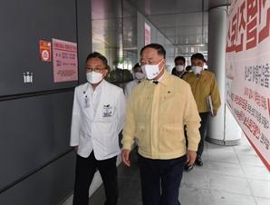 """홍남기 """"방역 일선 의료기관 지원 강화…폭염 대책 챙길 것"""""""