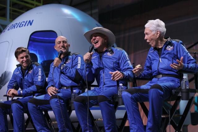 50년 꿈 이룬 베이조스 '재활용 로켓이 우주개척 해법'