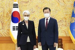 """미중갈등 속 방중하는 셔먼…文 """"北대화 재개 노력 당부"""""""