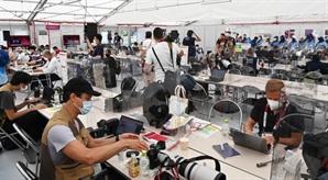 [도쿄 올림픽]취재진도 마스크 내린채 다닥다닥…'방역 올림픽' 무색