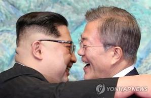 """[속보] 文-김정은, 4월부터 수차례 친서 소통...""""하루 속히 관계 진전"""""""