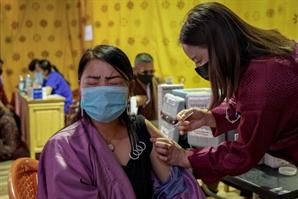 """부탄, 세계 첫 성인 백신 접종 완료…""""전 세계 백신 접종 불가능하지 않다"""""""