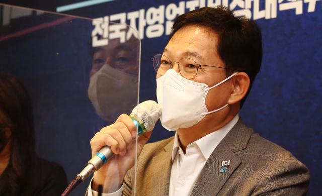 與, 대출연장 만지작...자영업자 '그래도 빚 못 갚아'