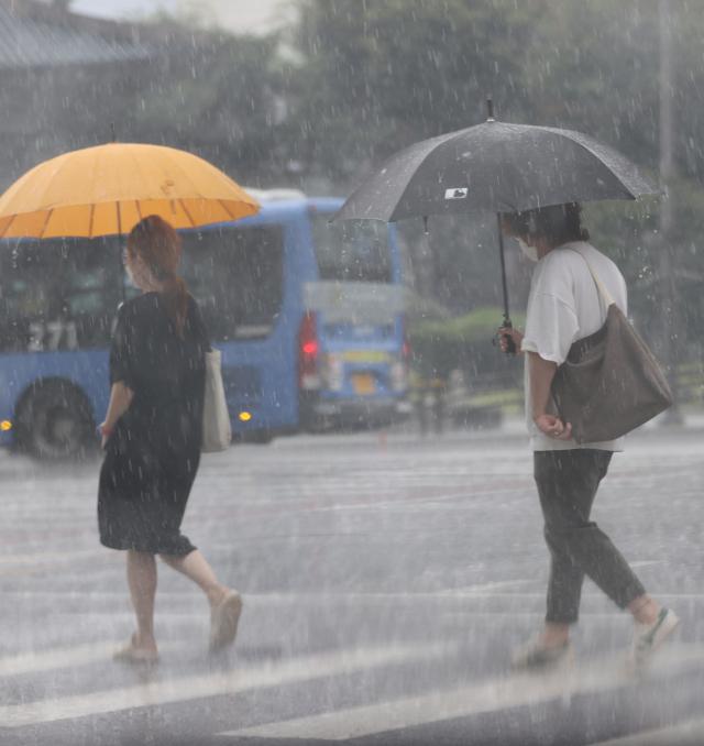 [오늘의 날씨] 무더위 속 곳곳 소나기