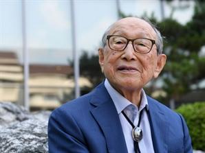 """'101세 철학자'의 경고 """"언론 압박은 자유를 없애는 것"""""""