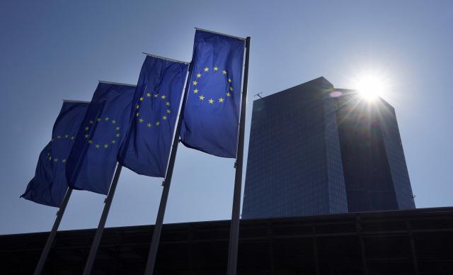 ECB, 기준금리 동결…채권매입속도 낮춘다