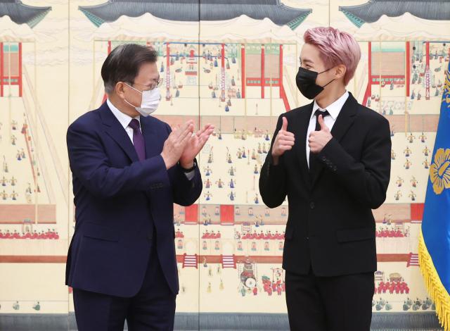 文대통령 '나는 BTS 팬, 다들 잘생겼다...외교에 큰 도움'