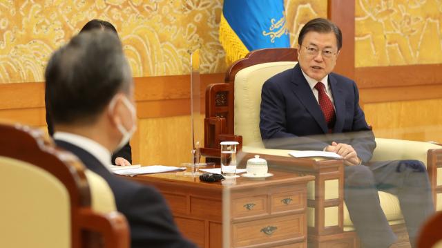 中장관 앞에서 미세먼지 문제 꺼낸 文...왕이 '베이징 공기질 좋아져'