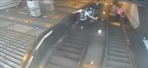 [영상] 뒤돌더니 갑자기 '뻥'…에스컬레이터서 여성 발로 차고 도망간 男 '공개수배'