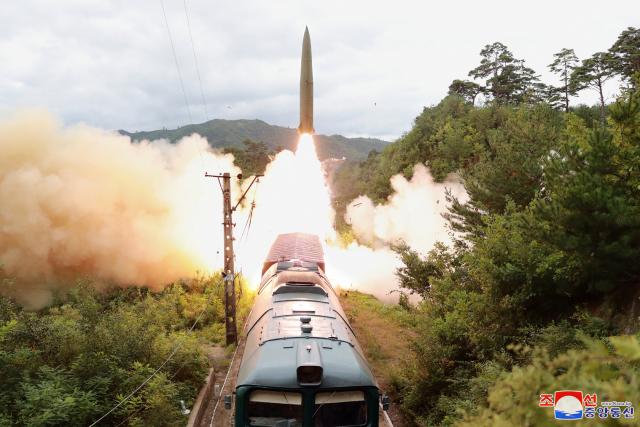 [사진] 열차서 탄도미사일 쏘아올린 北