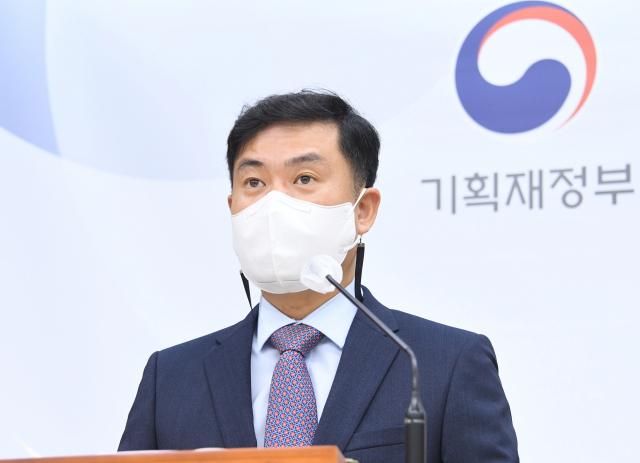 """코로나 재확산 장기화에 정부 3개월째 """"내수 불확실성"""""""