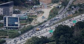 연휴 이틀째 고속도로 정체 계속... 귀성 방향 오후 8~9시께 해소 전망