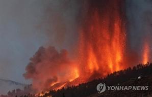 스페인령 카나리아제도 50년만에 화산 폭발…용암 치솟자 1만명 대피