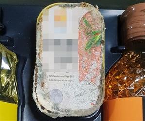 """곰팡이 잔뜩 핀 선물세트 받은 경비원…""""유통기한 4년 지나, 충격"""" 자녀 분통"""