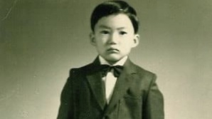 李·尹 '어린시절 옷' 비교에…나비 넥타이 멘 '조국'도 등장