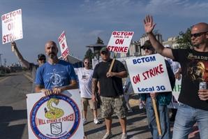 지금은 '노동자 우위 시장'…파업 피켓 드는 美노조들