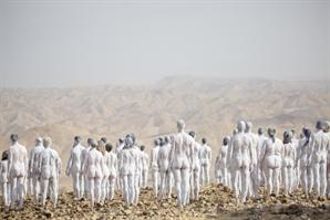 이스라엘서 흰 페인트 칠한 200명 단체 누드촬영…무슨 일이