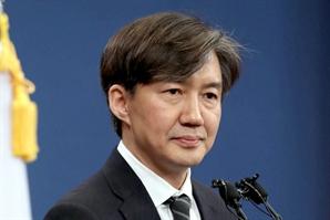 """'윤석열, 왜 검찰에 침 뱉을까' 글 올린 조국 """"'알아서 기어라' 메시지"""""""